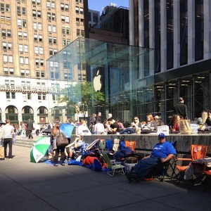 iphone 5s 5c lines apple stores new york city 5th avenue cube