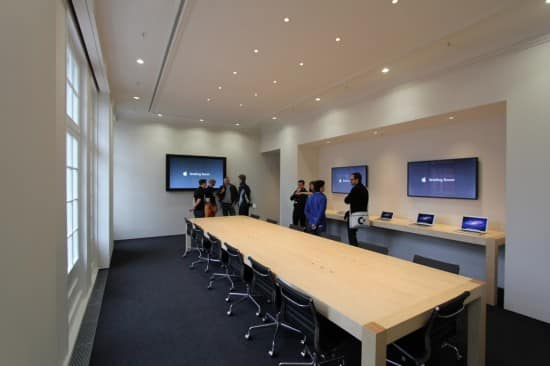 In case you had any doubt that this is the Amsterdam Apple Store's Briefing Room, they conveniently wrote it on those huge flatscreens