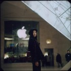 people-of-apple-stores-louvre-girl